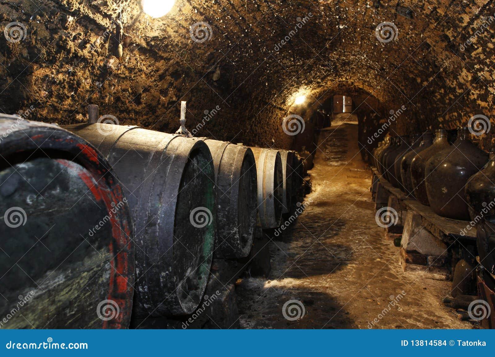 Fußboden Aus Alten Weinfässern ~ Alte weinfässer im keller stockfoto. bild von glas faß 13814584