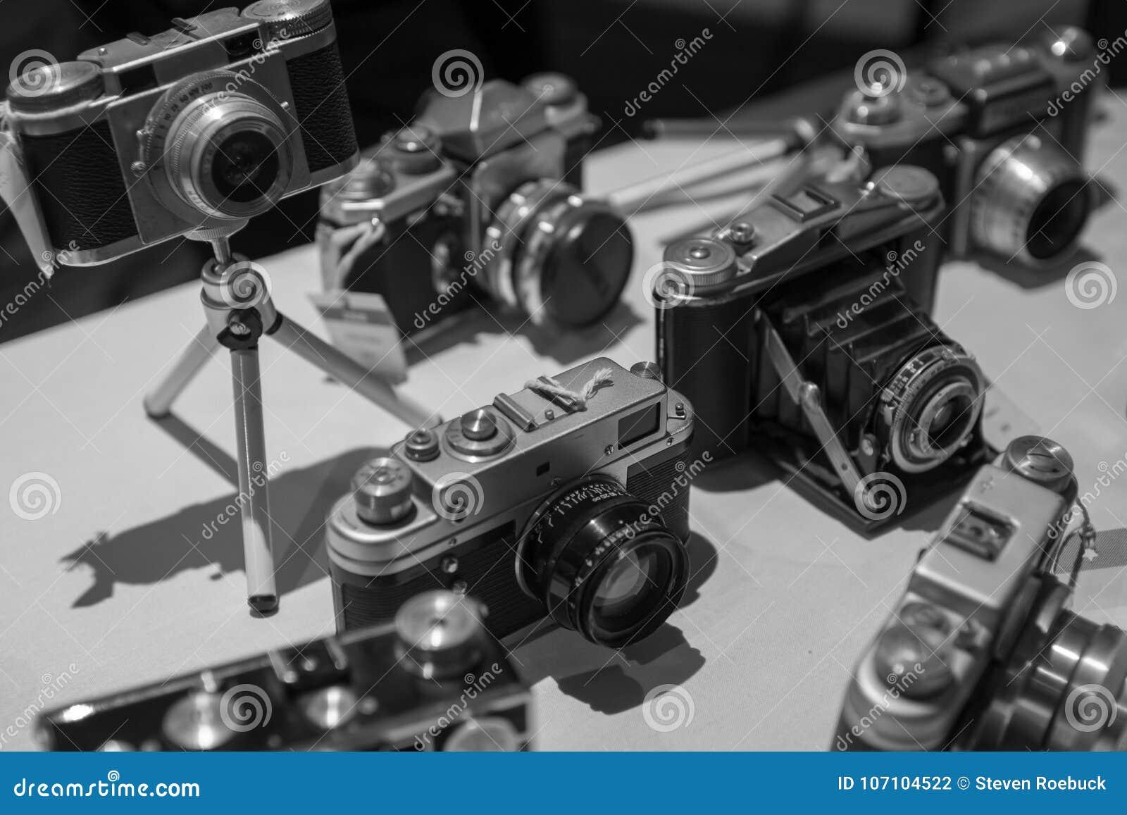 Alte Weinlese-Retro- Film-Kameras in Schwarzweiss