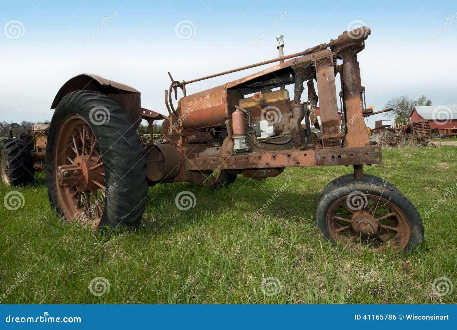 Alte Weinlese-Retro- verrostender antiker Traktor auf Wisconsin-Molkerei