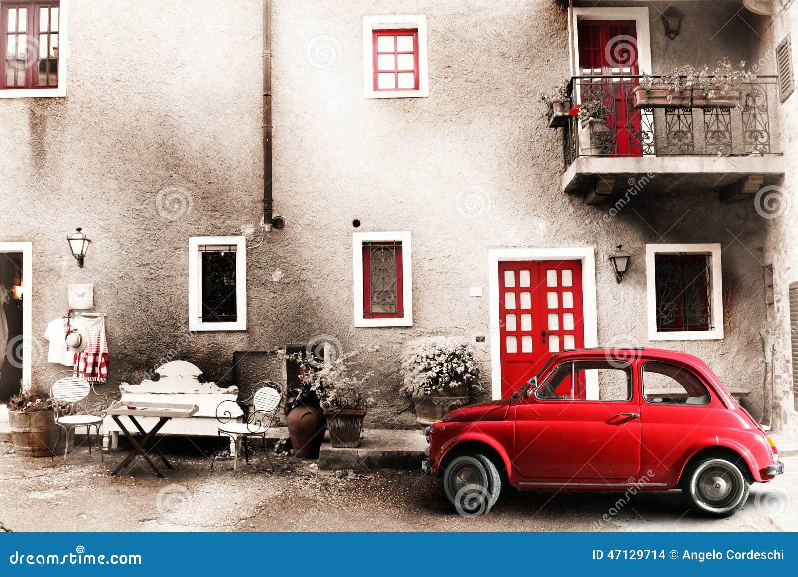 Alte Weinleseitalienerszene Kleines antikes rotes Auto Alterneffekt