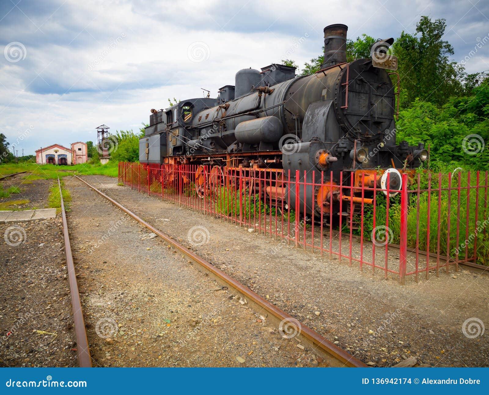 Alte Zugdampflokomotive im älteren Bahnhof in Rumänien
