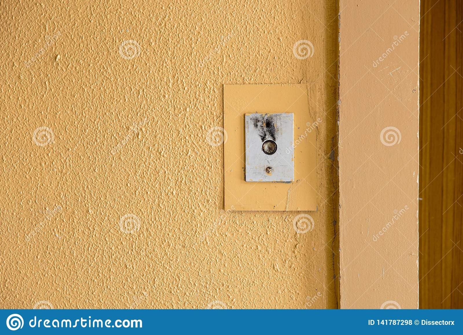 Alter Aufzugsanrufknopf mit grungy Muster in einem sowjetischen Gebäude auf Nachsowjet Riga, Lettland