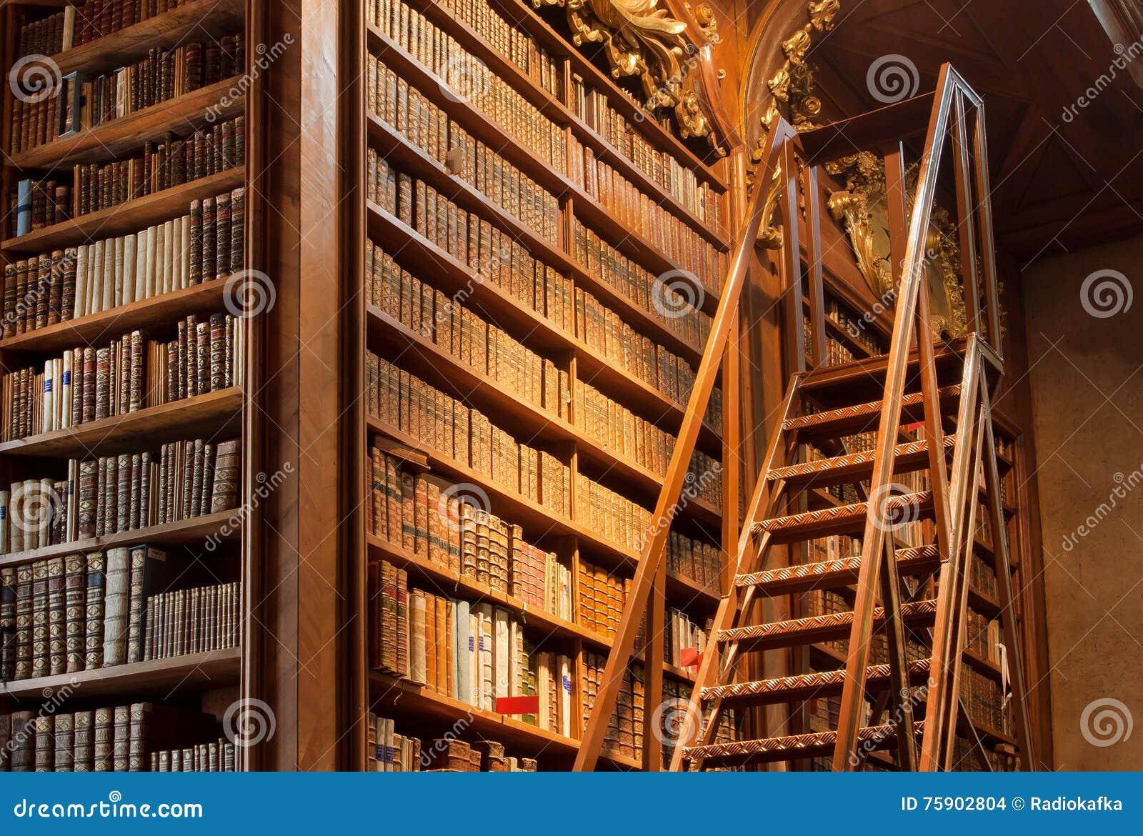 Alter Bücherschrank Mit Den Leder-gehenden Bucheinbändn In Der ...