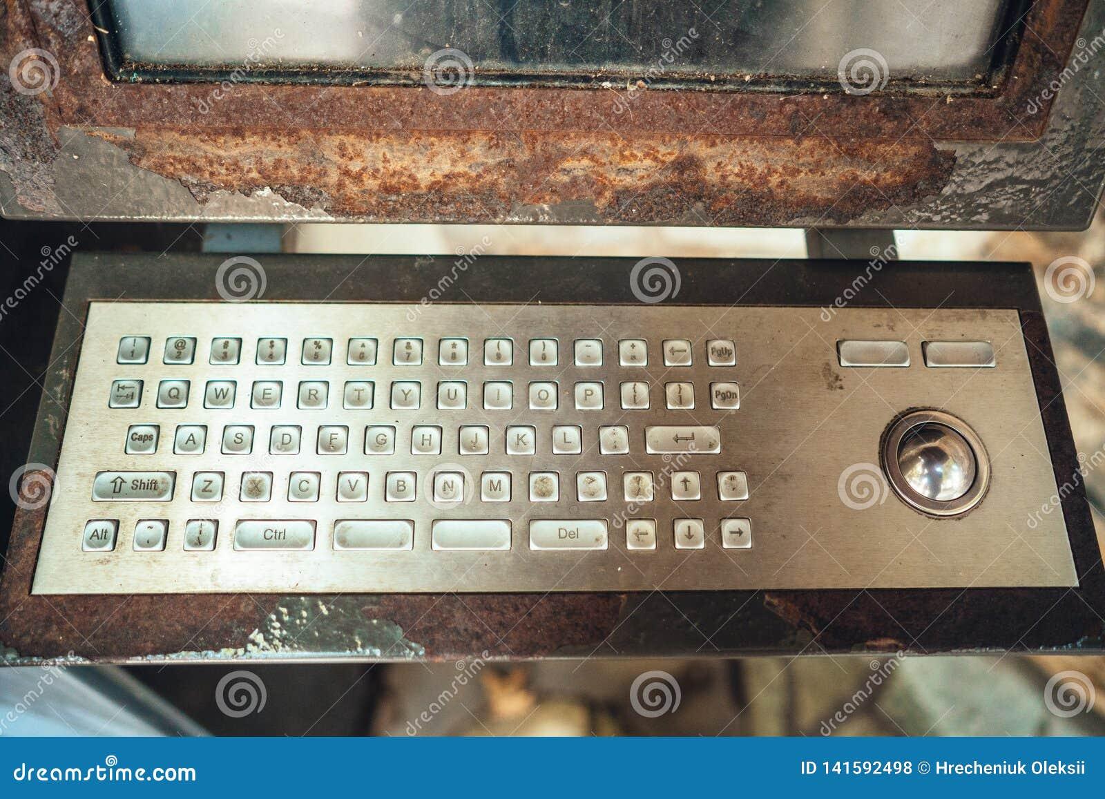 Alter Computer, rostige Tastatur mit Monitor