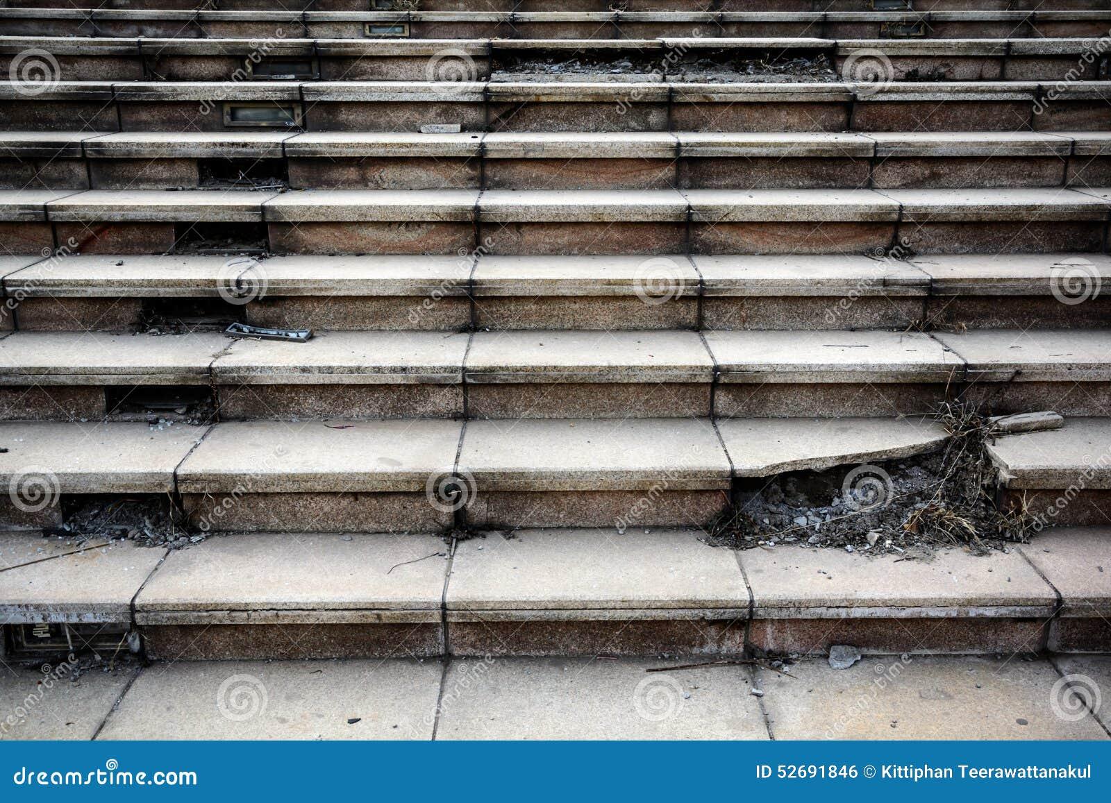 Alter gebrochener konkreter Treppenhausschritt