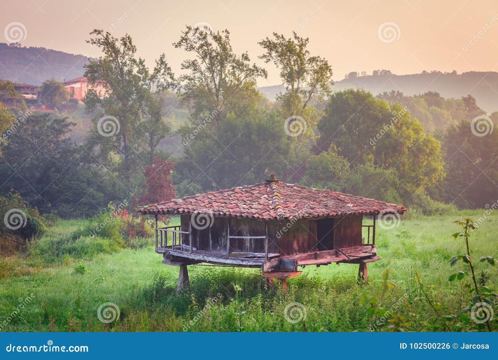 Alter Getreidespeicher, typischer asturischer Getreidespeicher für Lagerung und Trockner von
