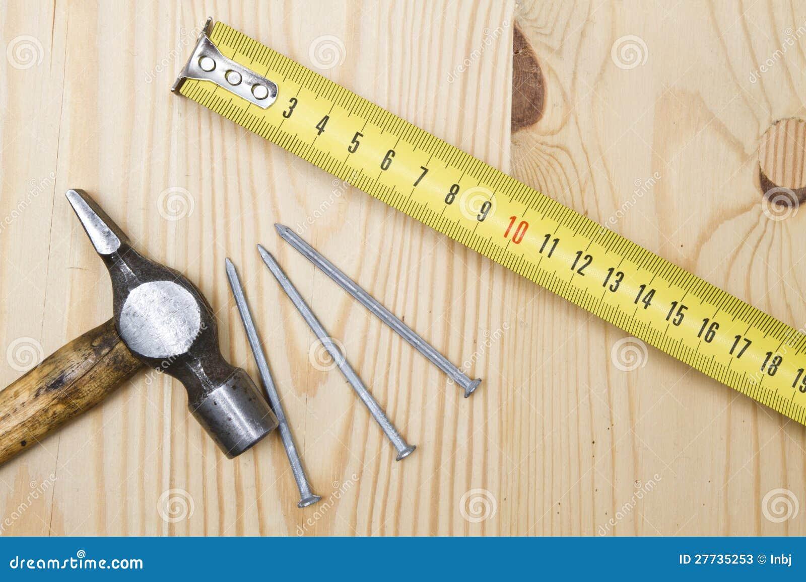 Alter Hammer, Bandmaß und Nägel