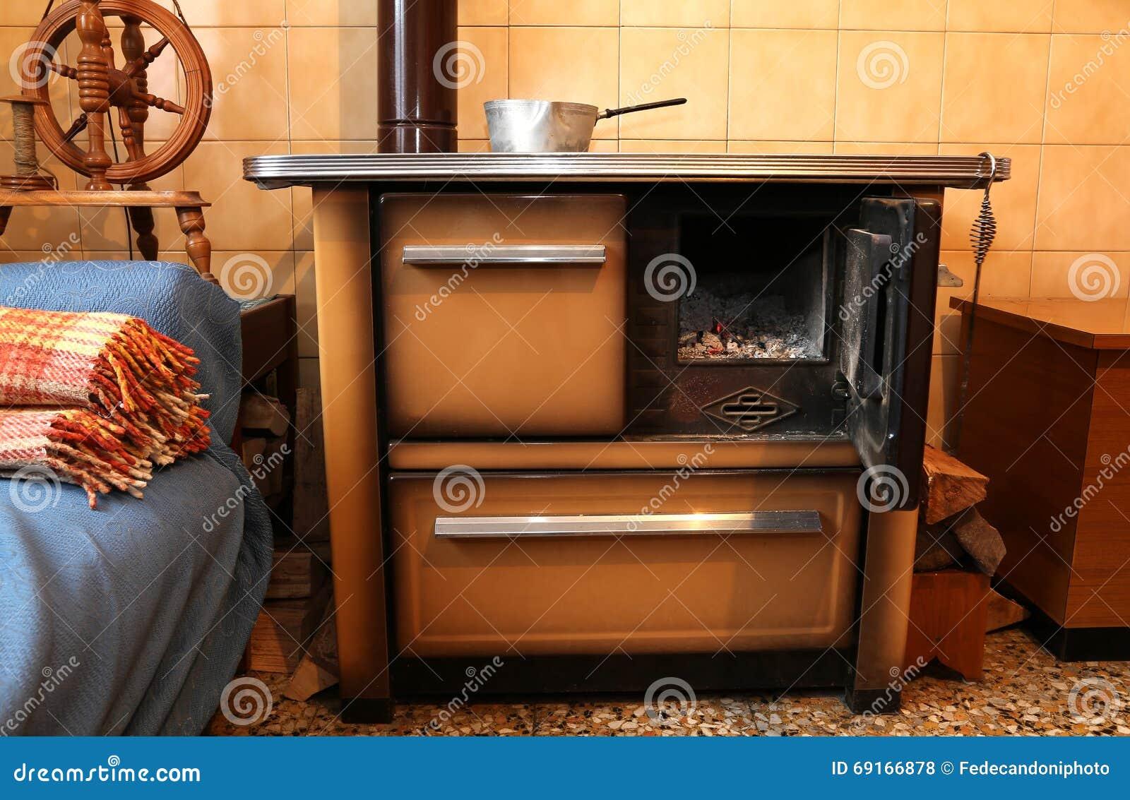 Ofen Küche | Alter Holz Brennender Ofen In Der Kuche Des Alten Hauses Stockfoto