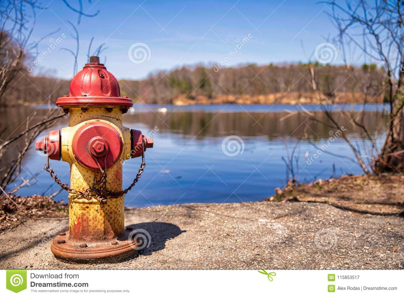 Alter Hydrant nah an Wassersee
