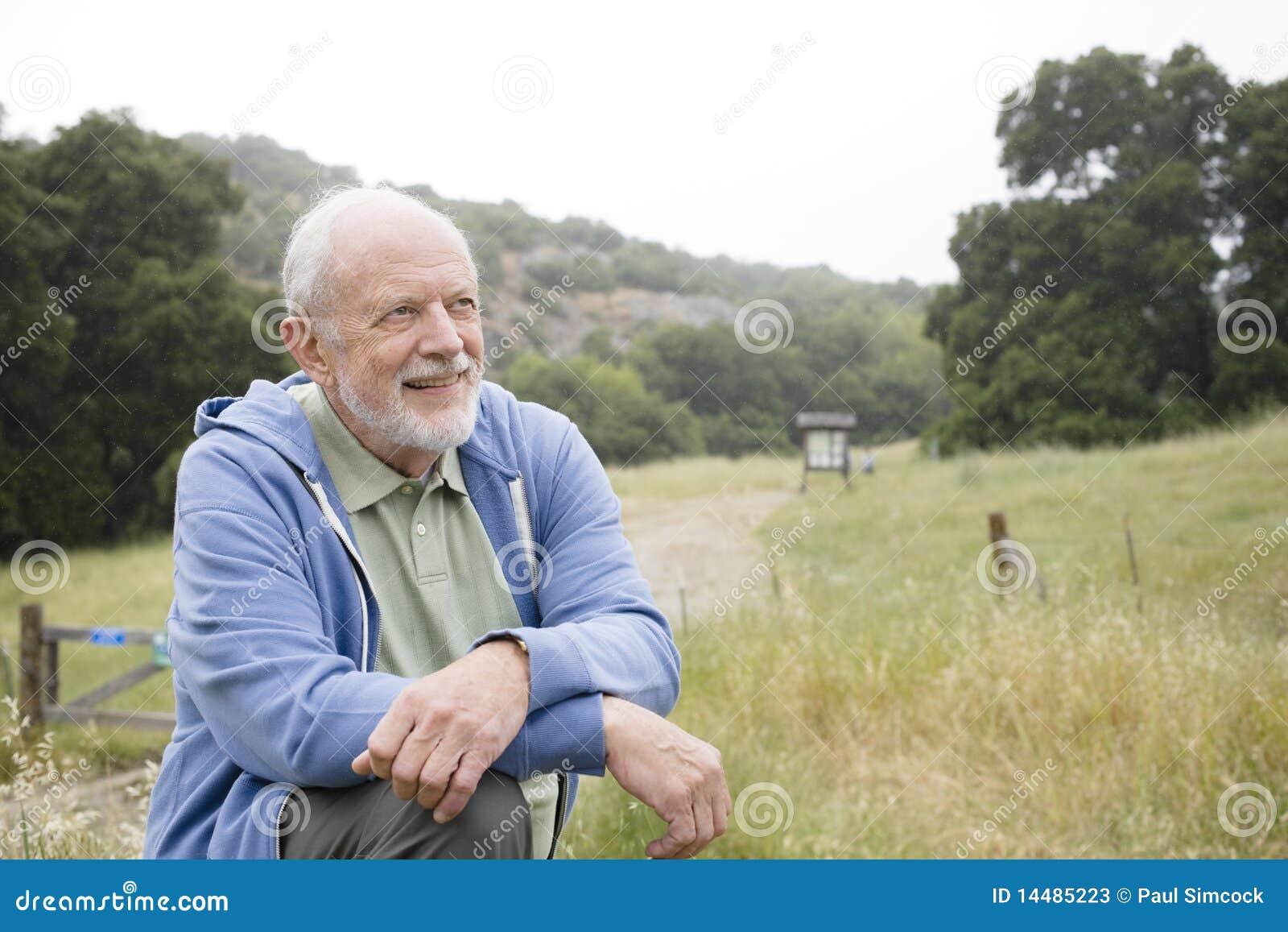 Alter Mann draußen