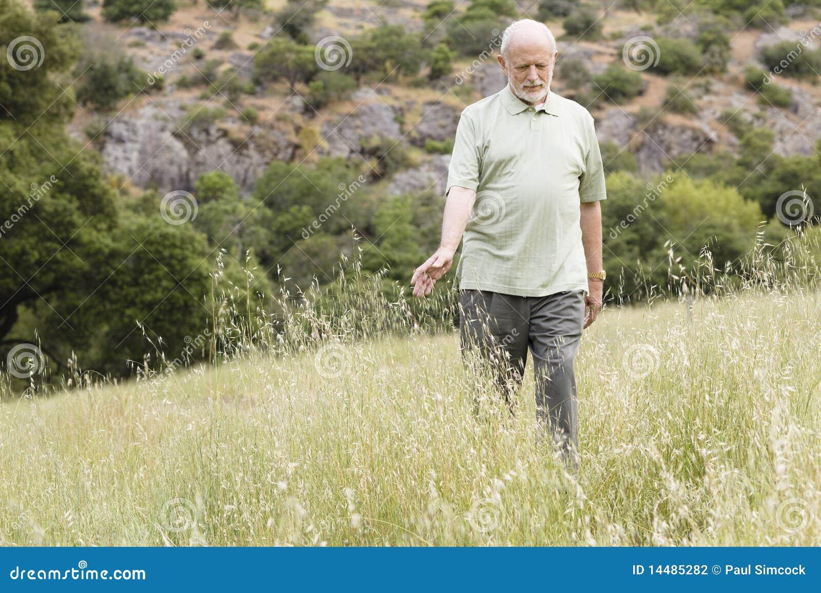 Alter Mann im Gras