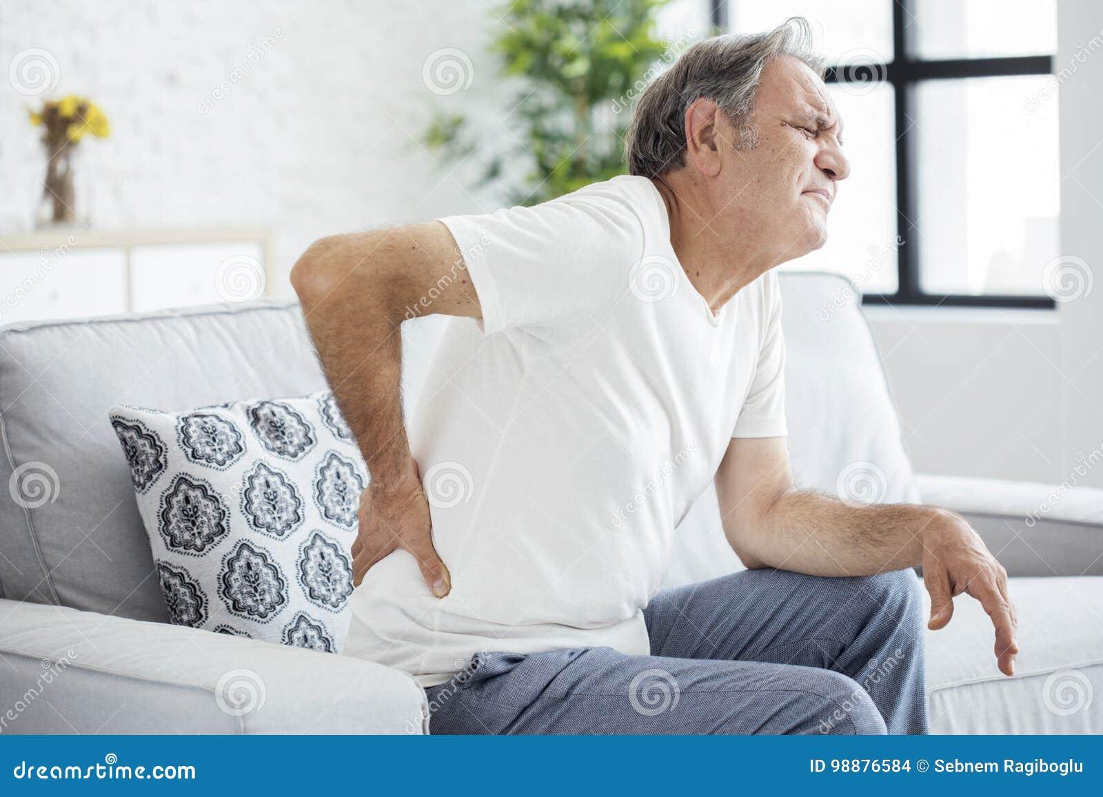 Alter Mann mit den rückseitigen Schmerz