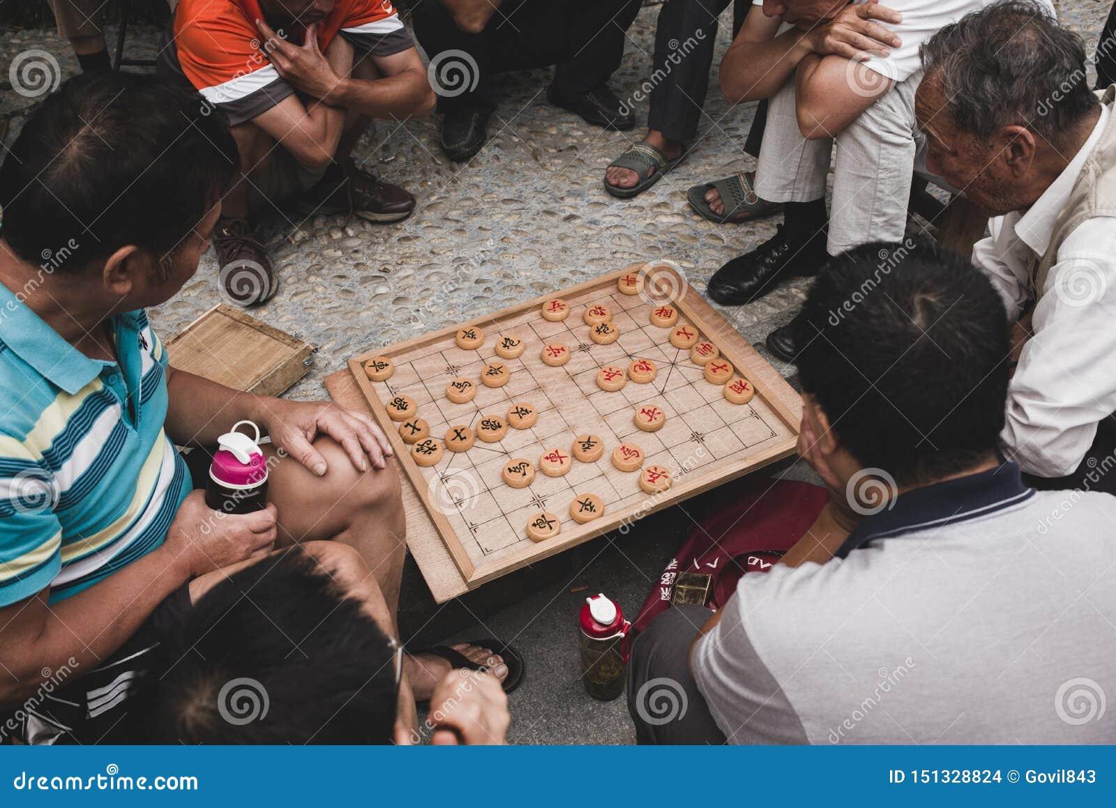 Alter Mann zwei, der chinesisches Schach xiangqi spielt