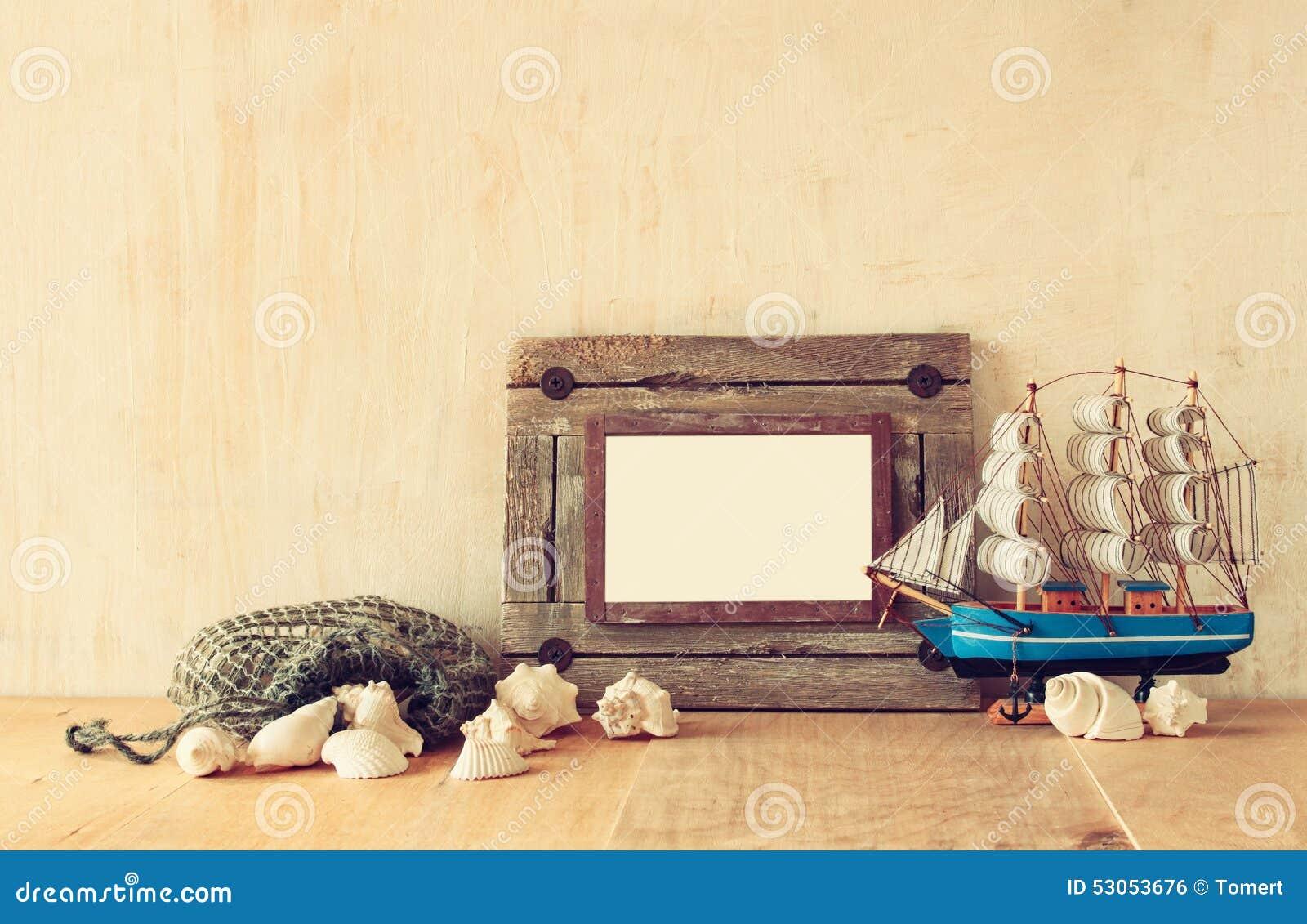Alter Nautischholzrahmen, Boot Und Natürliche Muscheln Auf Holztisch ...