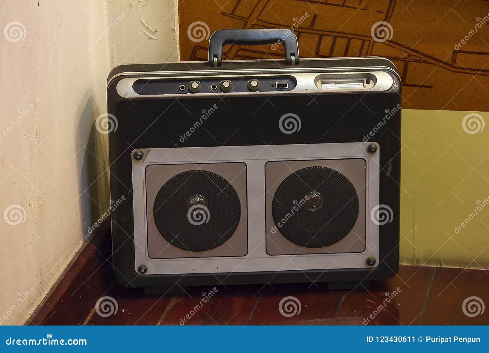 Alter Radio ist auf dem Bretterboden