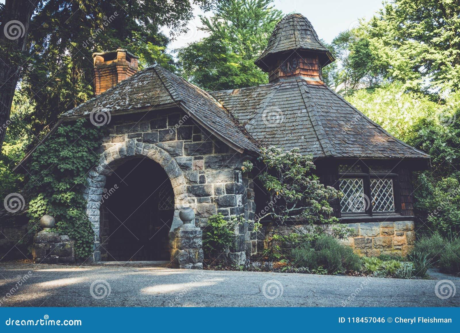 Alter Steinpumphouse in der tudor Wiederbelebungsarchitektur