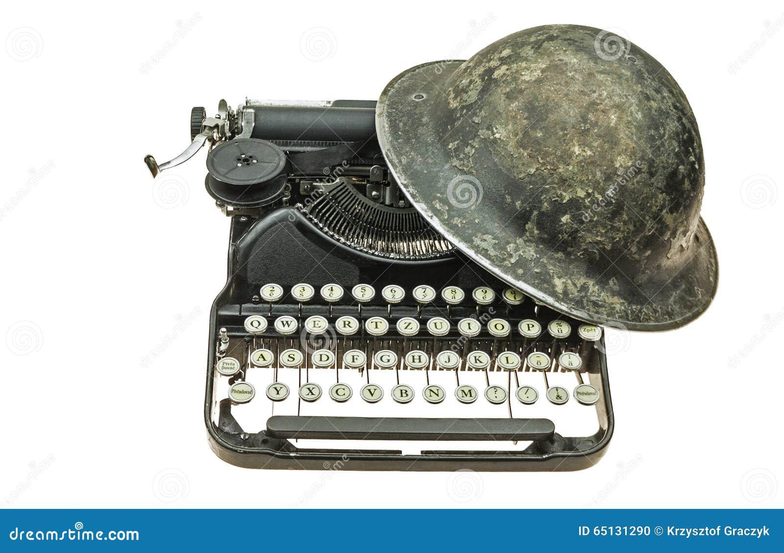 Alter Sturzhelm auf der alten Schreibmaschine