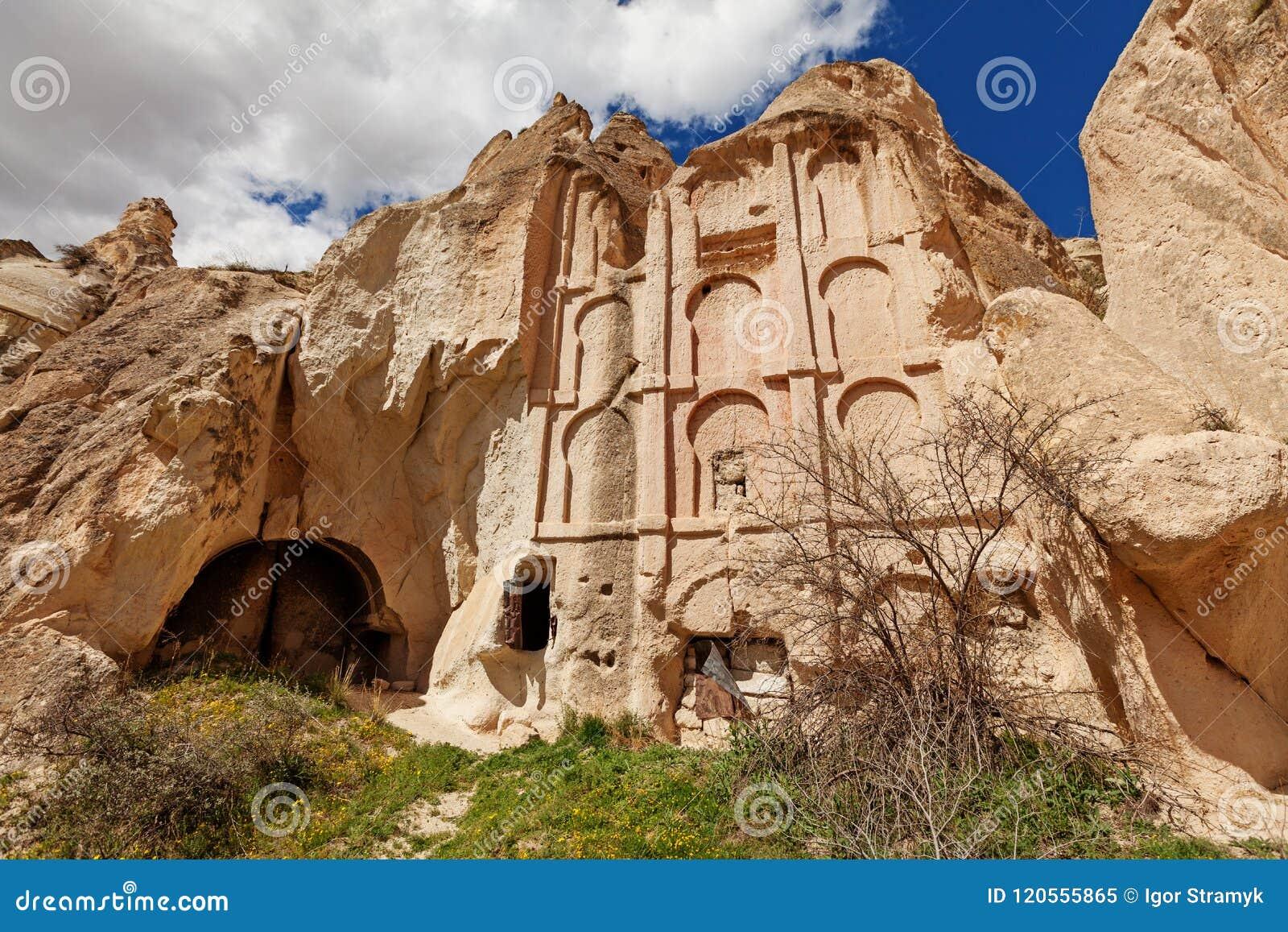 Alter Tempel in den Steinklippen