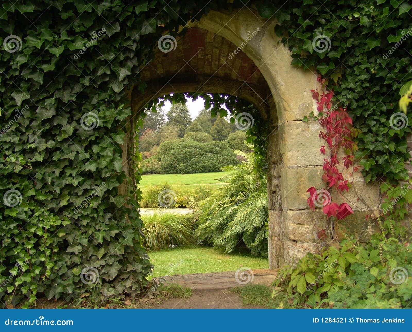 Alter Torbogen Im Garten Stockbild Bild Von Betriebe 1284521
