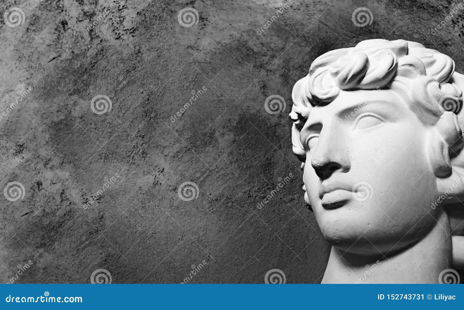 Alter von griechische Gipsfigur der Renaissance Haupt-antine auf einem dunklen Hintergrund