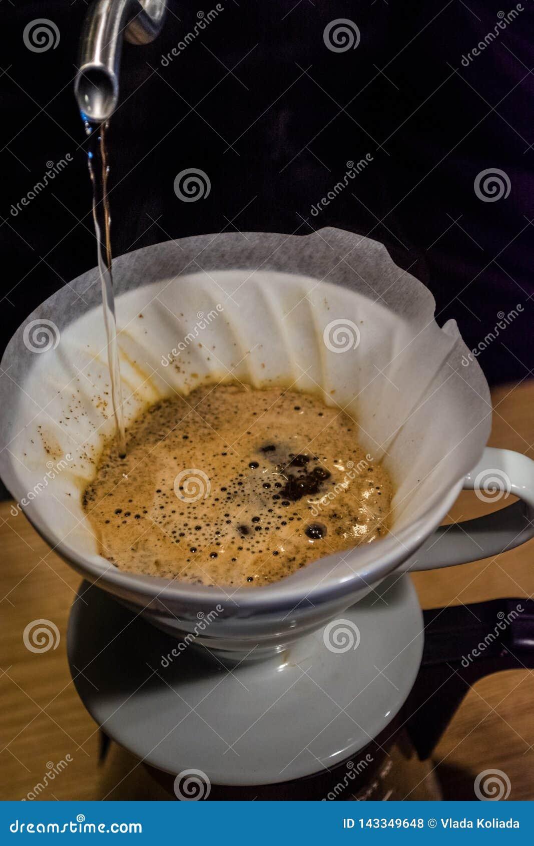 Alternativ metod för förberedelseprocess av kaffe i kafé Häll över V60, tratt och serveren Barista Ny drink med koffein
