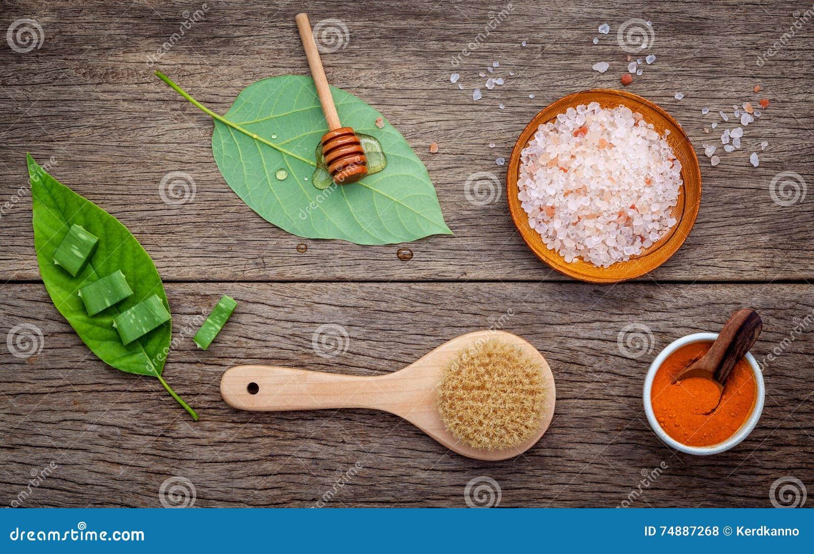 Alternativt hudomsorg och hemlagat skurar med naturligt ingredien