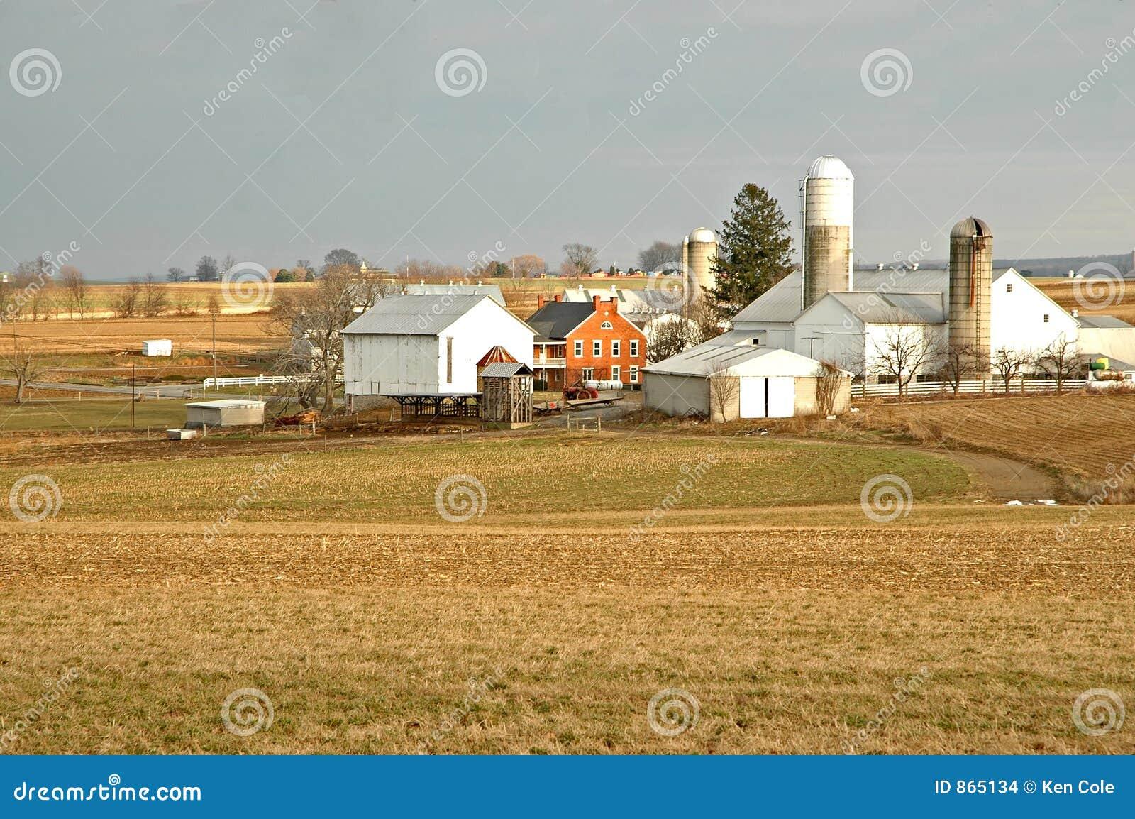 Altes Bauernhof-Gehöft in spätem Fal