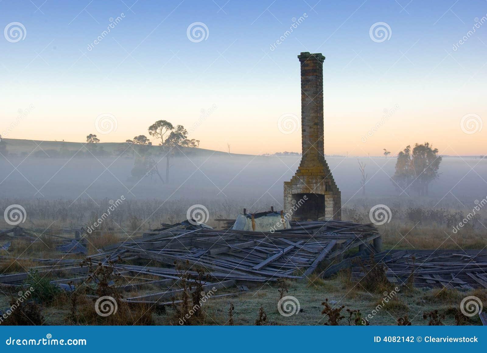 Altes Bauernhofhaus ruiniert Sonnenaufgang