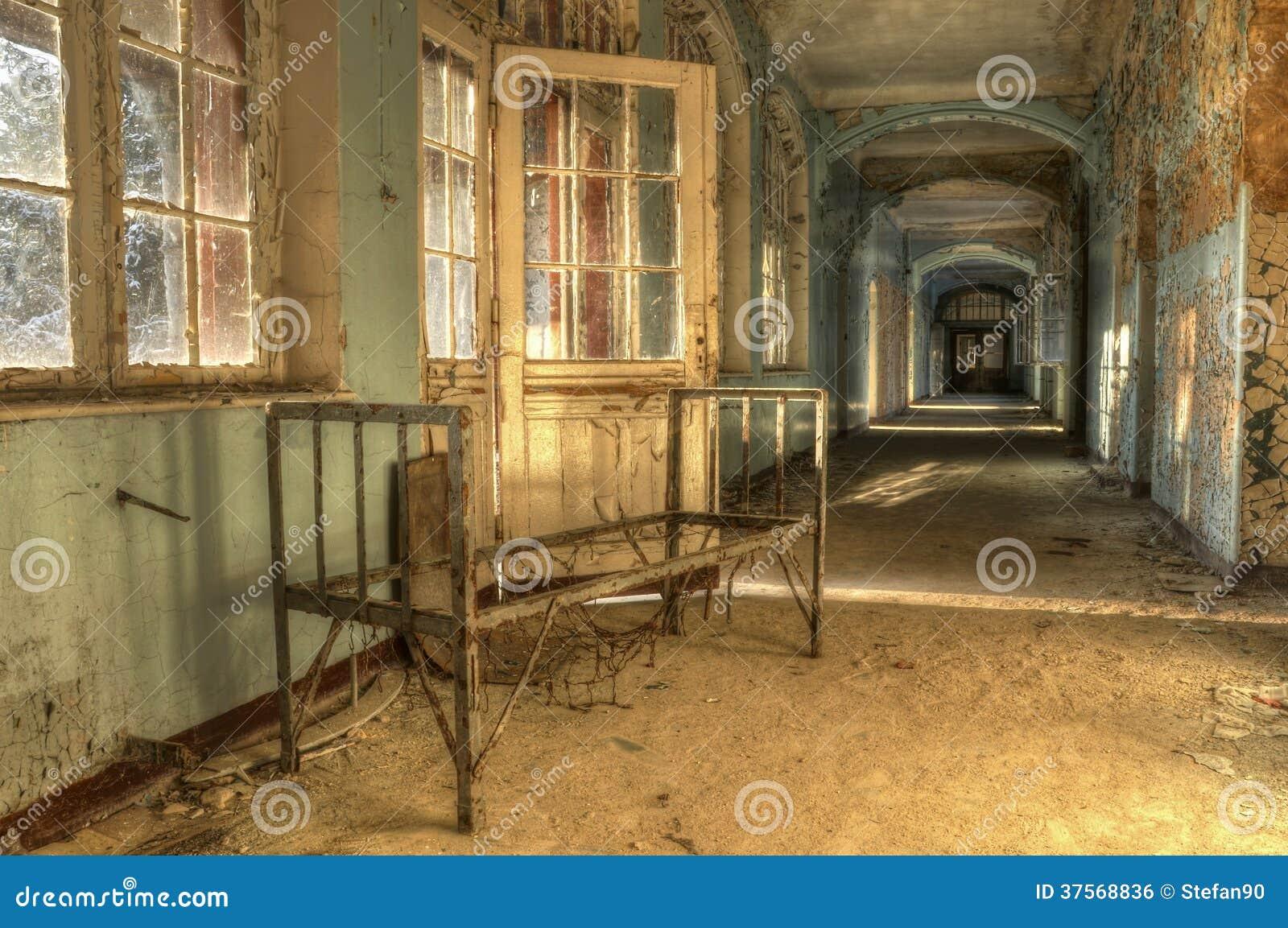 altes bett in einem verlassenen krankenhaus lizenzfreies stockbild bild 37568836. Black Bedroom Furniture Sets. Home Design Ideas