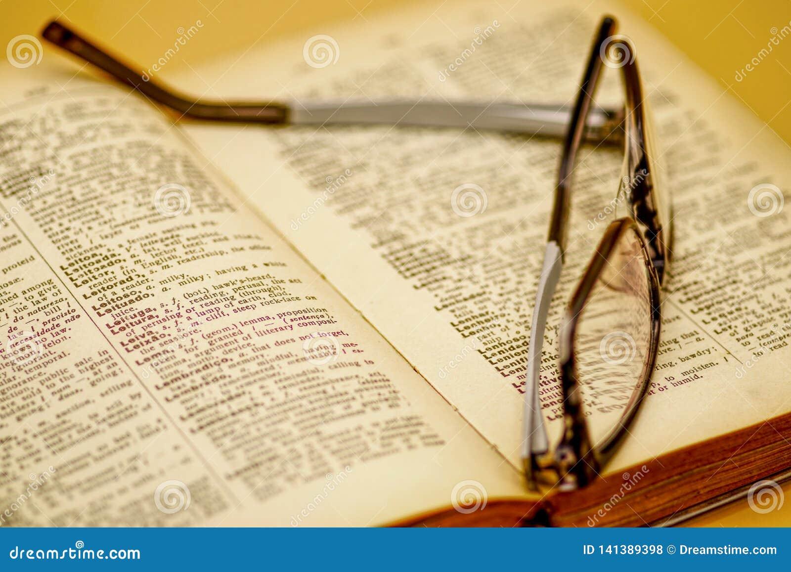Altes Buch und Lesebrille