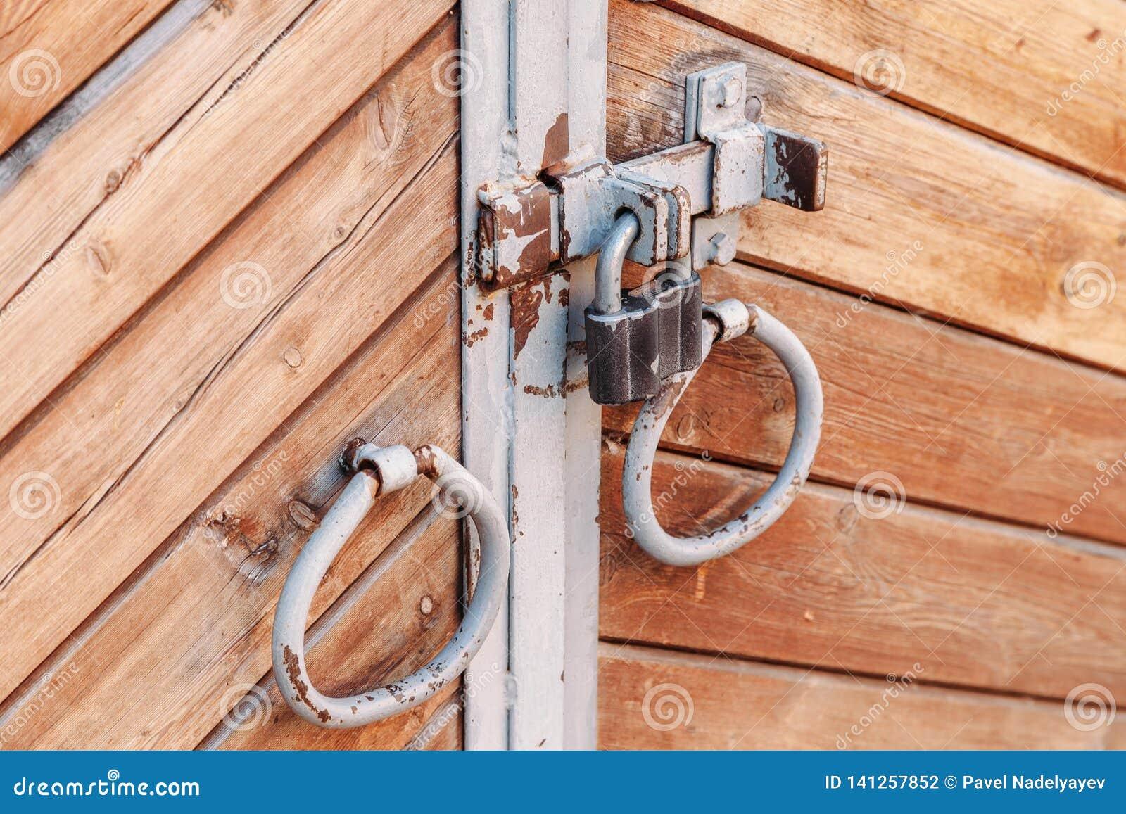 Altes Eisen behandelt in der Form von Ringen auf alter Holztür