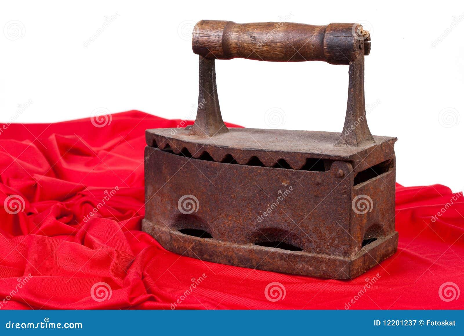 Altes Eisen und rotes Gewebe