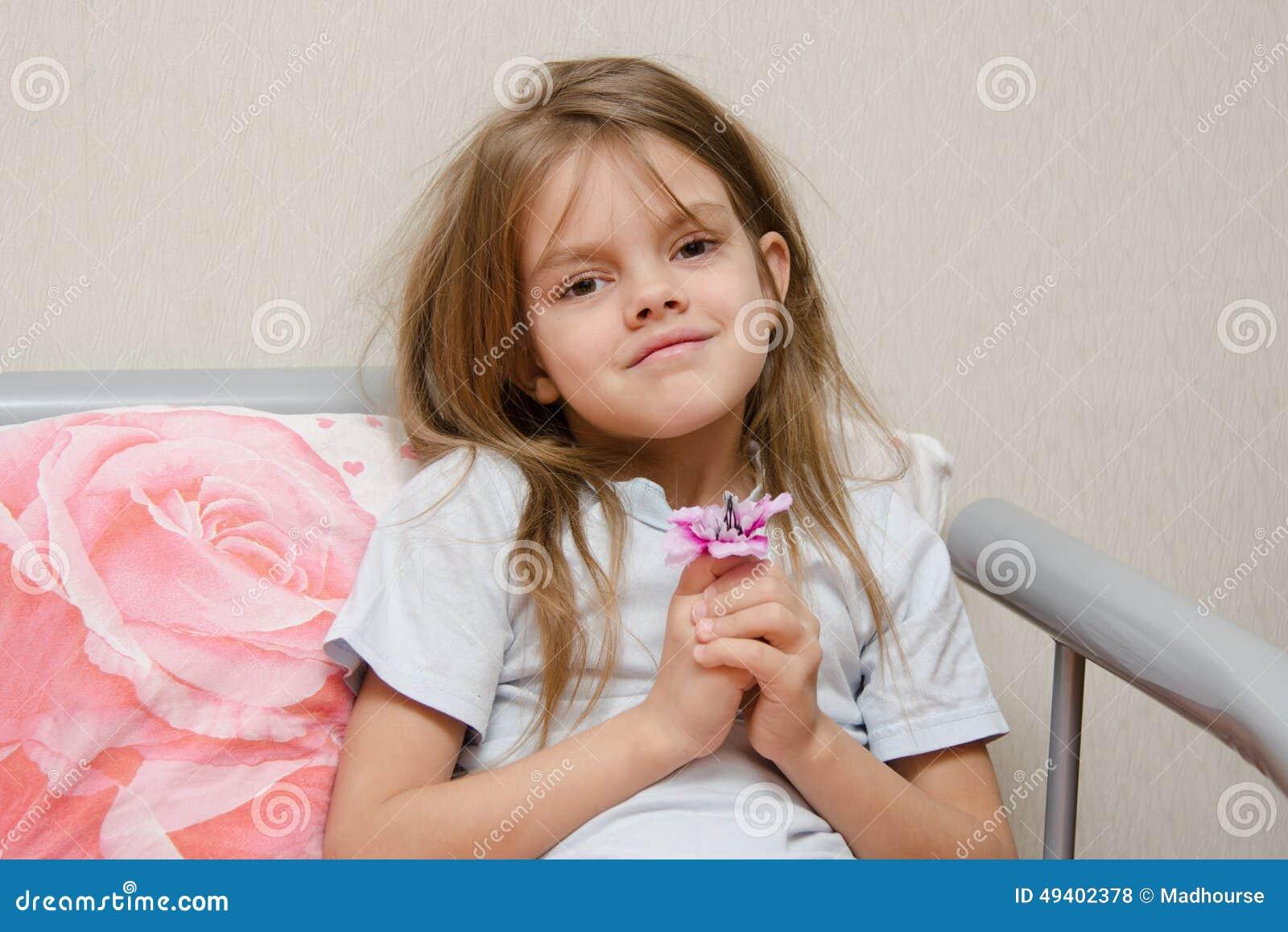 Download Altes Fünfjahresmädchen, Das Im Bett Mit Einer Blume Sitzt Stockfoto - Bild von lang, bett: 49402378