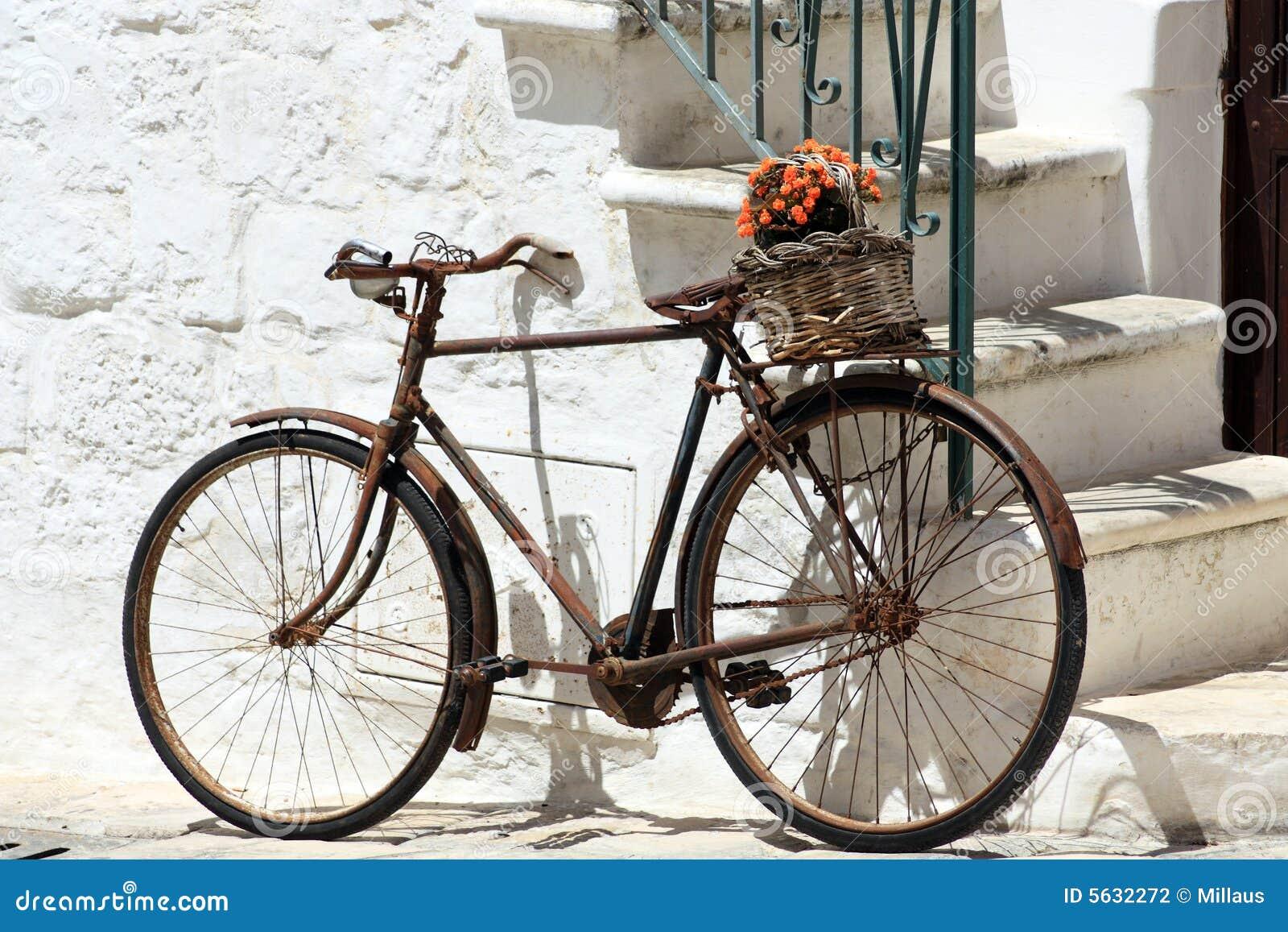 altes fahrrad stockfoto bild von wand hintergrund korrosion 5632272. Black Bedroom Furniture Sets. Home Design Ideas