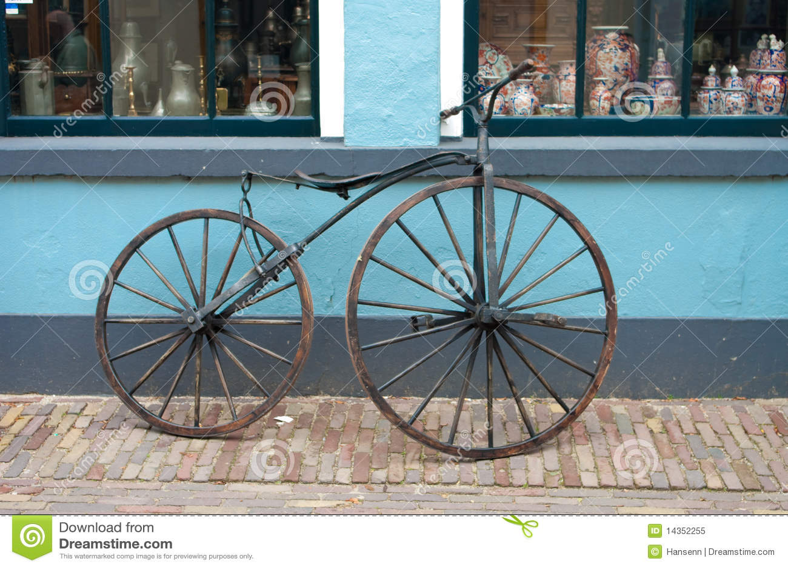 altes fahrrad des 19 jahrhunderts lizenzfreies stockfoto bild 14352255. Black Bedroom Furniture Sets. Home Design Ideas