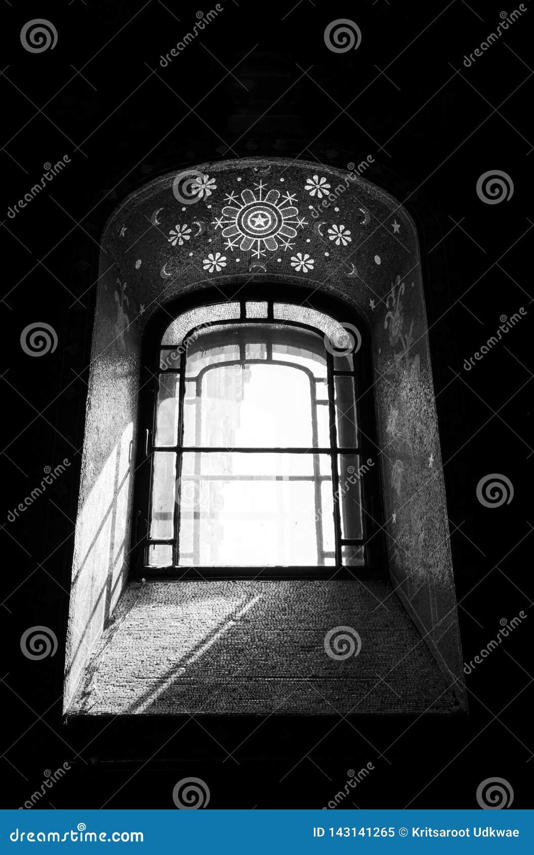 Altes Fenster in der Kirche mit Schwarzweiss