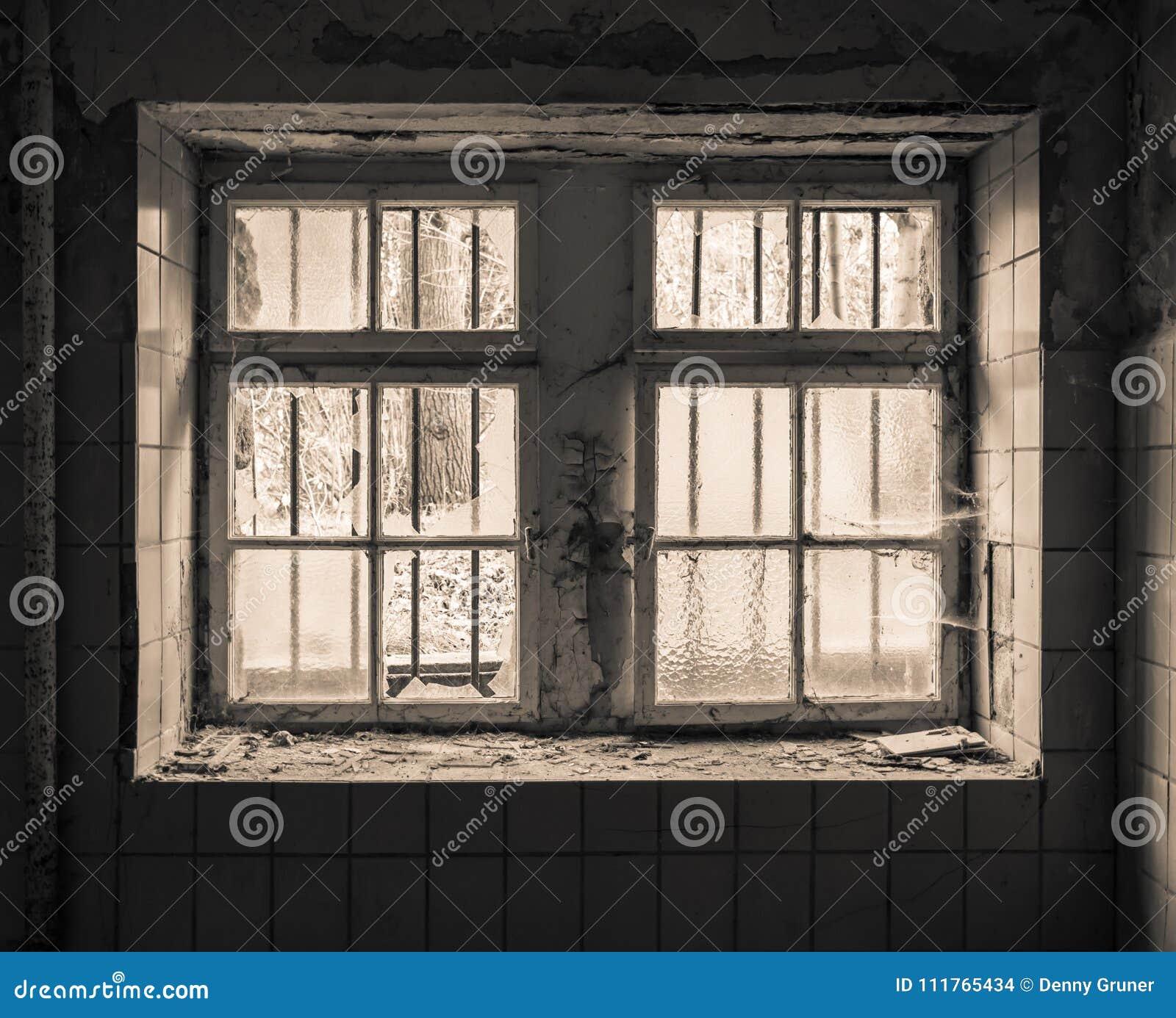 Sehr Altes Fenster mit Gitter stockfoto. Bild von rostig - 111765434 XT08