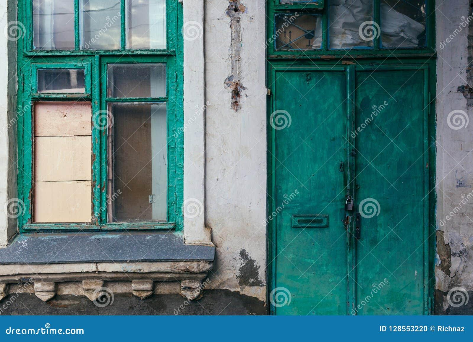 Altes Fenster- und Türgrün Schädigende Wand