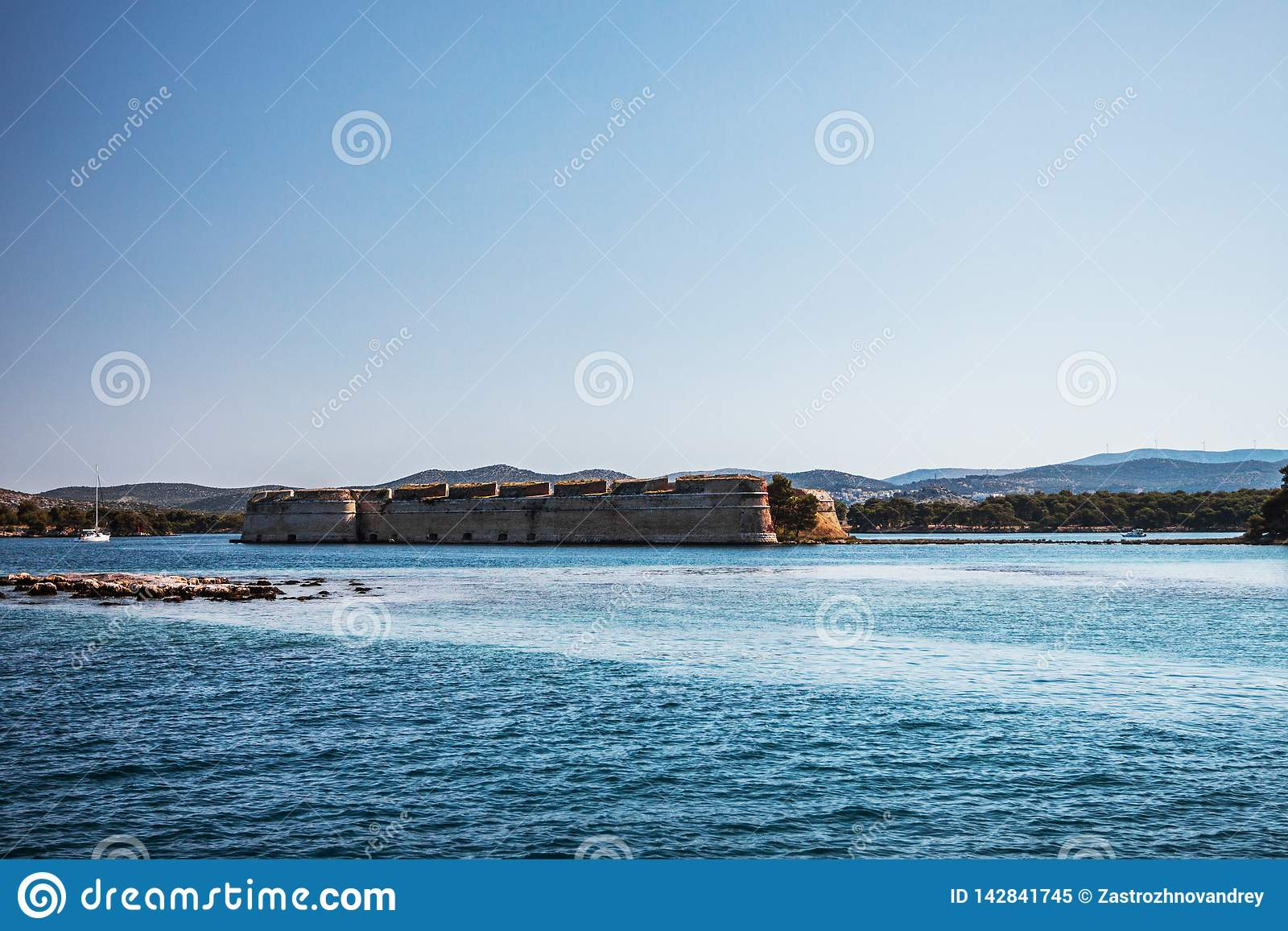 Altes Fort auf dem Seeufer