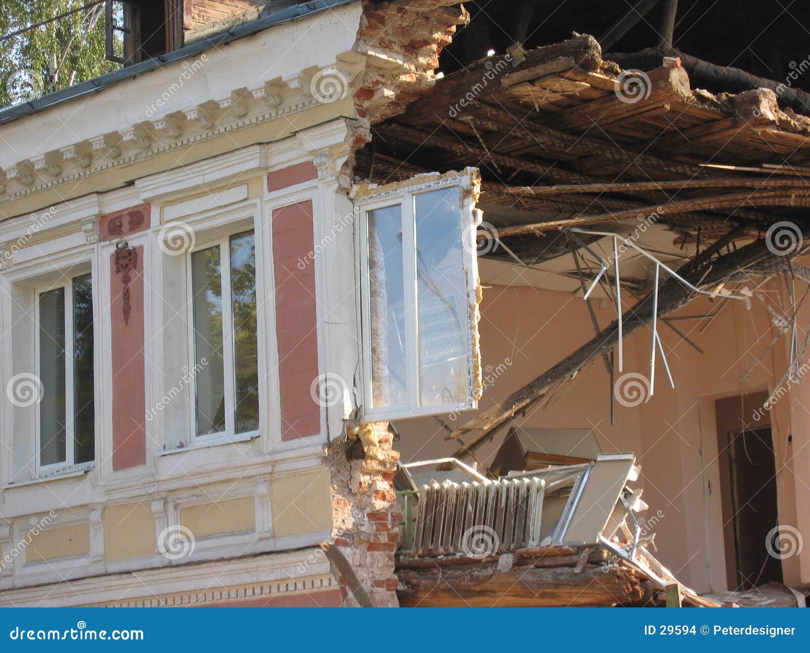 Altes Gebäude u. neues Fenster