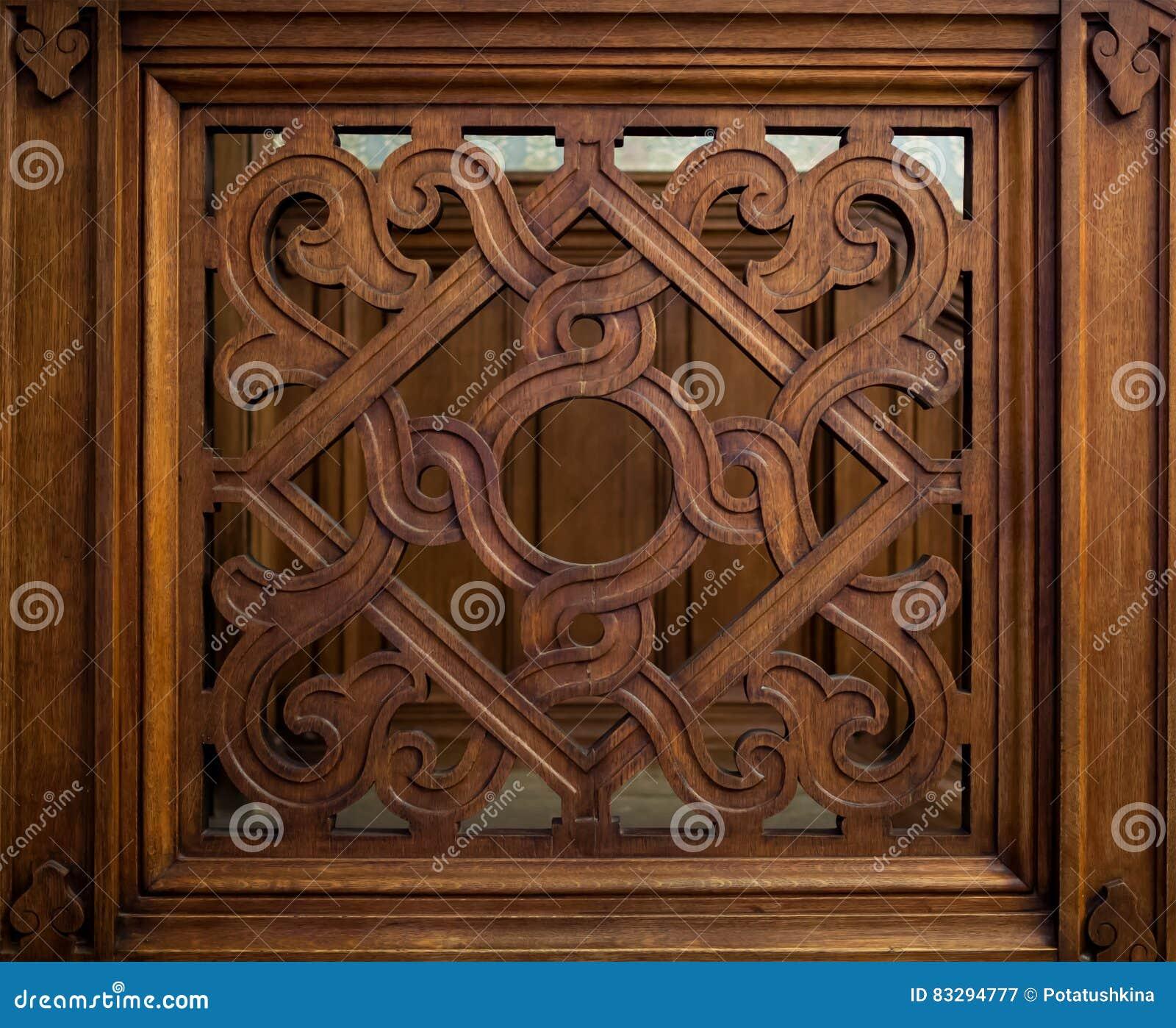 Altes geschnitztes hölzernes Gitter mit einem geometrischen Muster