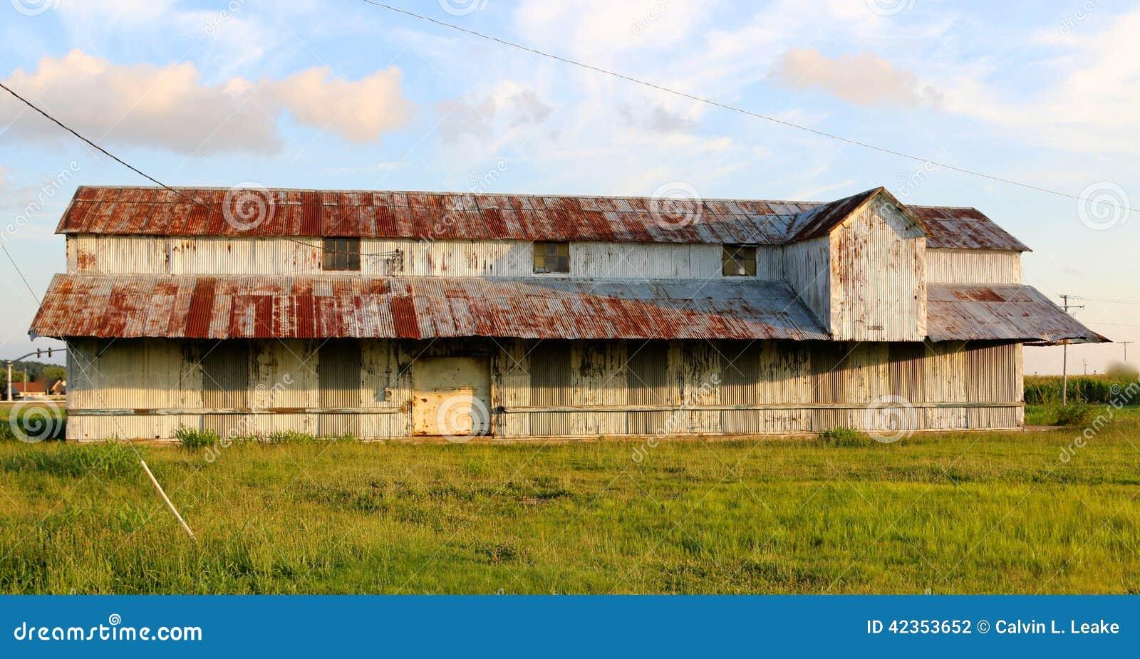 Altes Gutshaus mit rustikalem Rusty Roof In The Mississippi-Delta