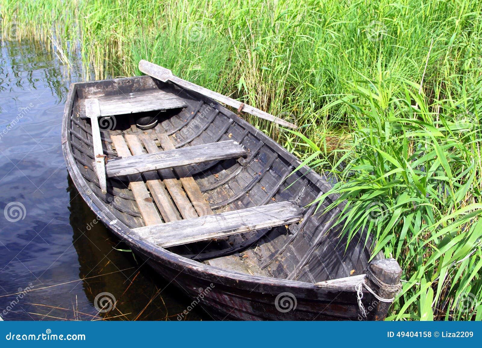 Download Altes hölzernes Boot stockfoto. Bild von ruder, gras - 49404158