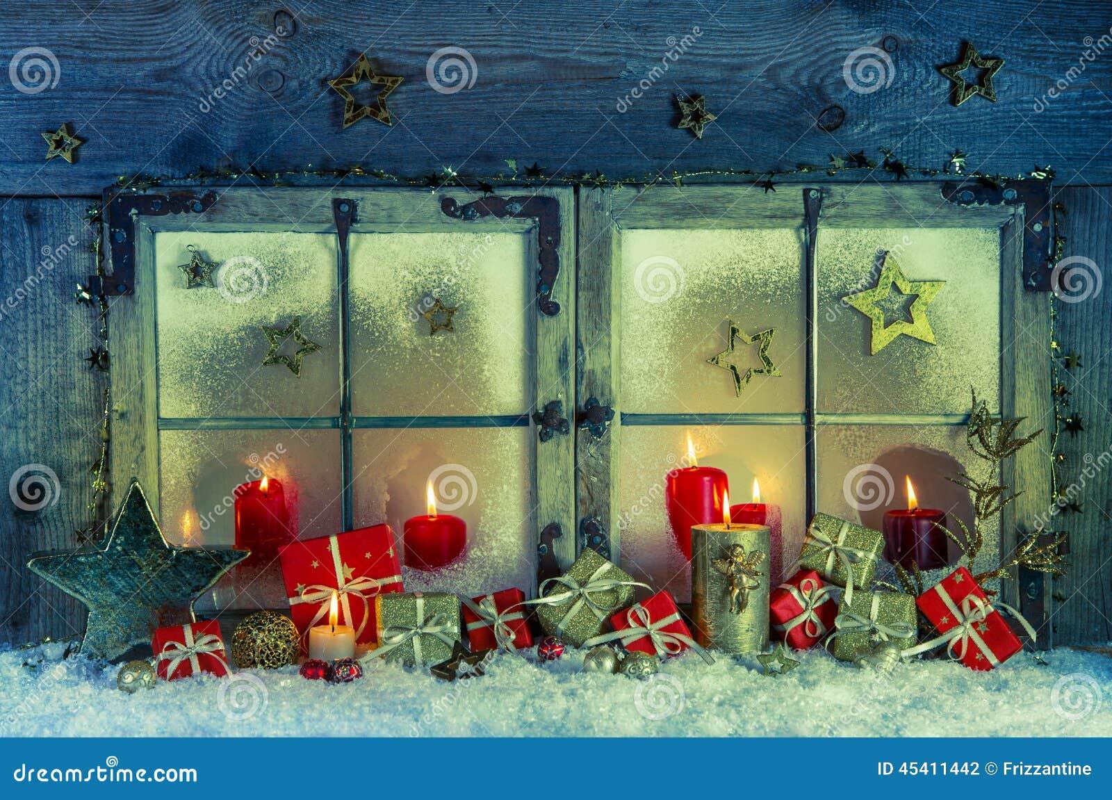 altes h lzernes fenster verziert f r weihnachten mit roten. Black Bedroom Furniture Sets. Home Design Ideas