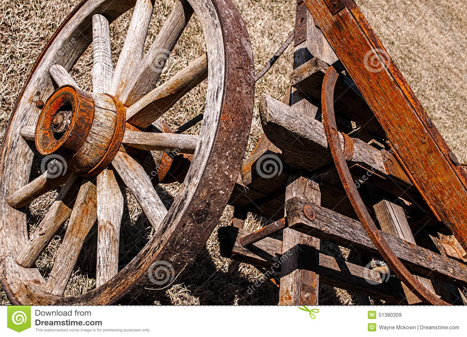Altes hölzernes spoked Lastwagenrad, Rahmen