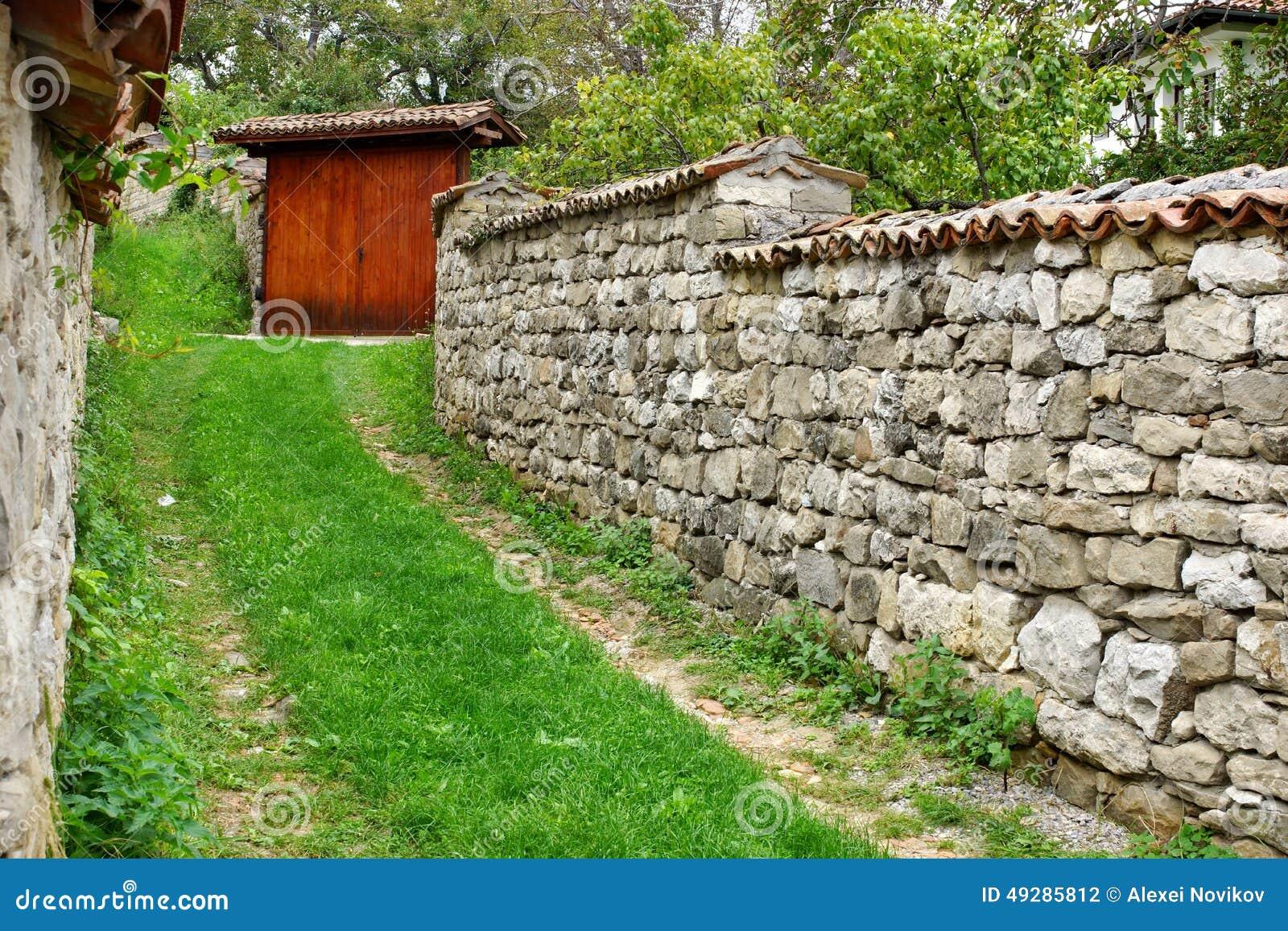 altes hölzernes tor und stein-zaun stockfoto - bild von einzeln