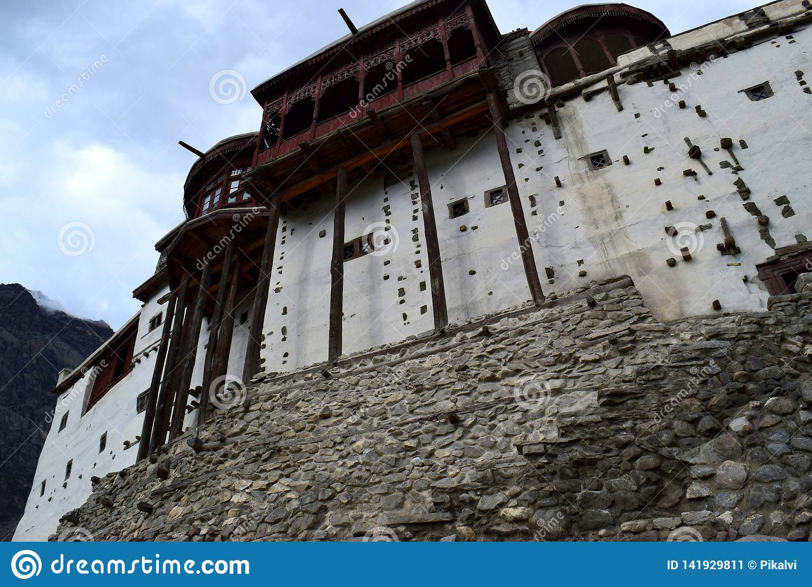 Altes Haus und Berg Traditionelles Gehäuse