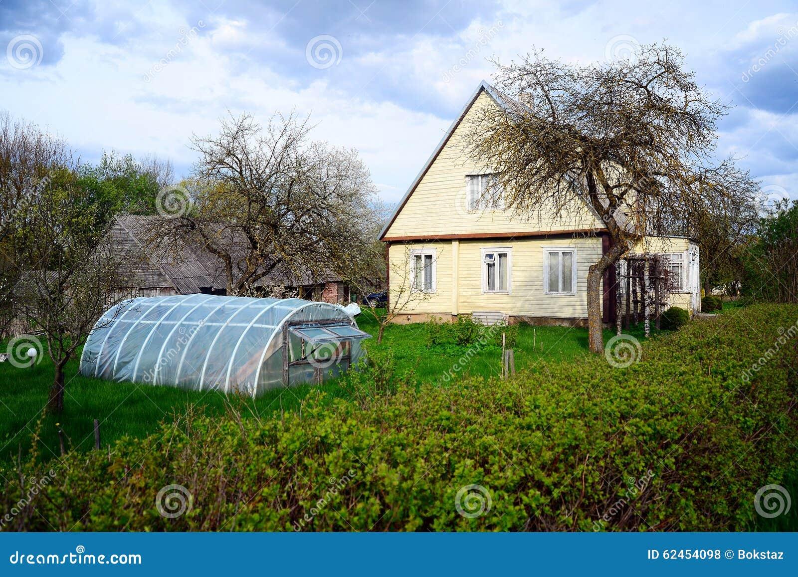 Altes Haus Und Gewachshaus In Viesintos Stadt Stockfoto Bild Von