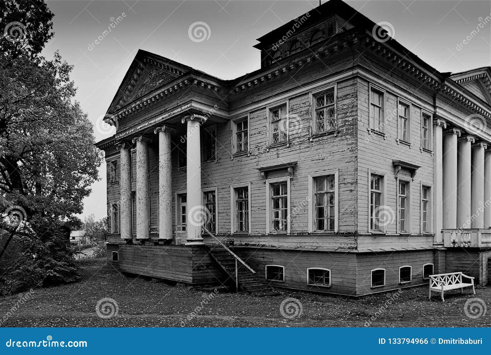 Altes Herrenhaus nahe Gatchina, in dem der berühmte Verfasser Nabokov seine Kindheit aufwendete