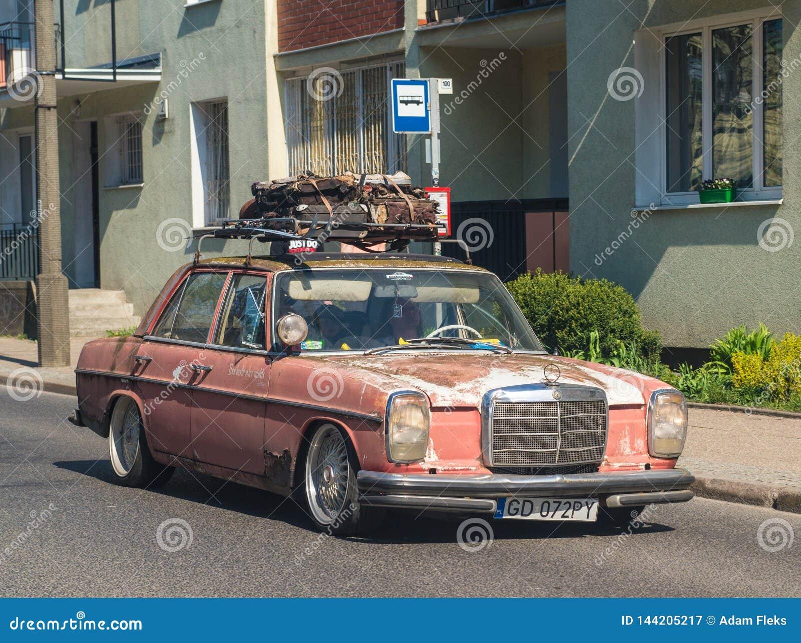 Altes Klassiker sehr rostiges Mercedes-Fahren